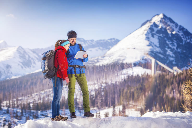 Couples augmentant dehors en nature d'hiver photo stock