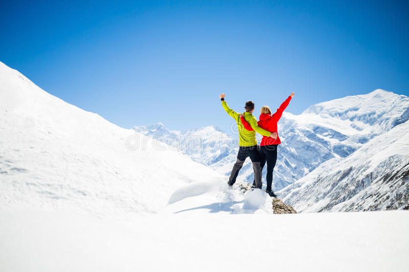 Couples augmentant le succès en montagnes photo libre de droits