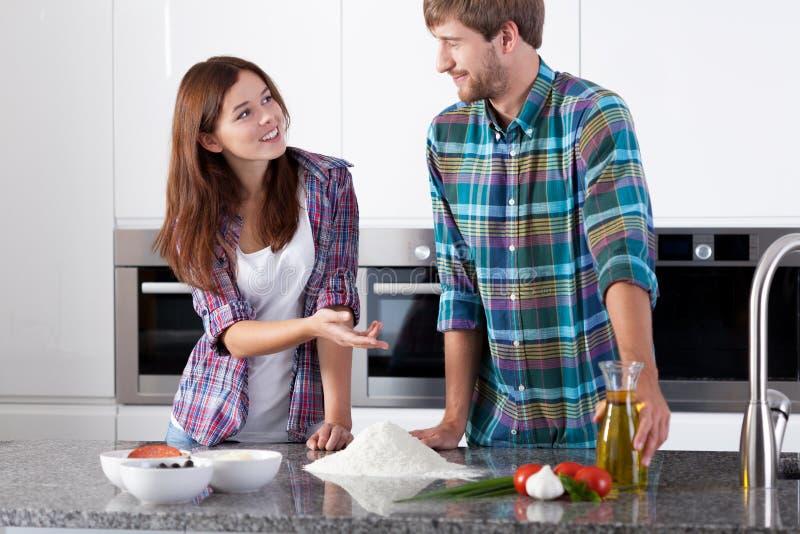 Couples avant de faire la pizza photo libre de droits