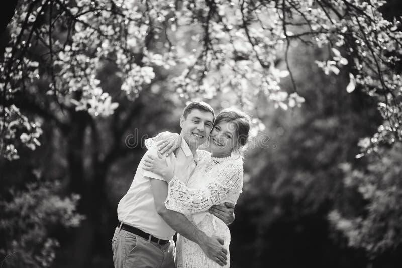 Couples avec du charme et à la mode dans château de cru de fond d'amour le vieux Rebecca 36 image stock