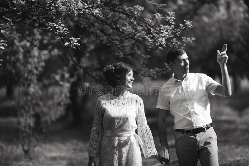 Couples avec du charme et à la mode dans château de cru de fond d'amour le vieux Rebecca 36 images stock
