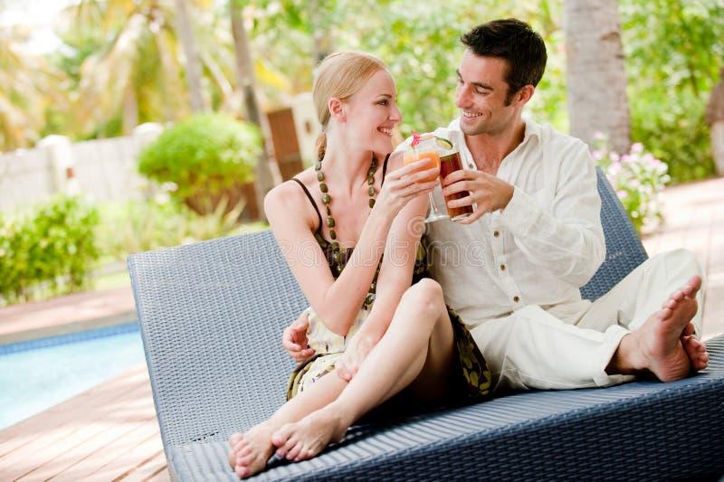 Couples ayant des boissons photo stock