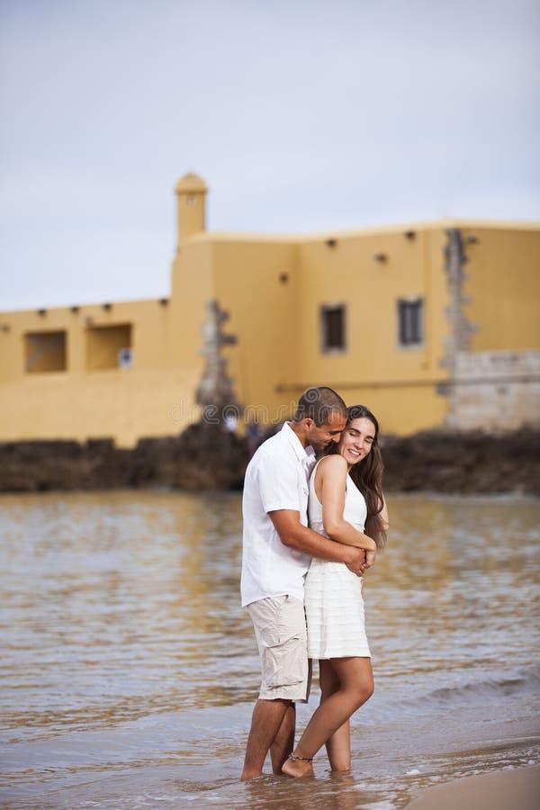 Couples ayant l'amusement à la plage image libre de droits