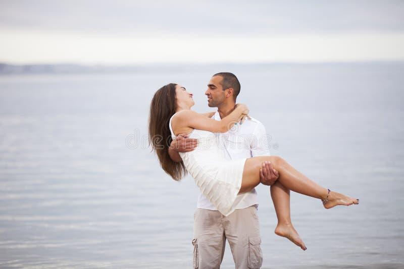 Couples ayant l'amusement à la plage photo libre de droits