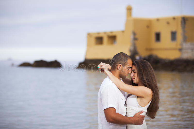 Couples ayant l'amusement à la plage photographie stock libre de droits