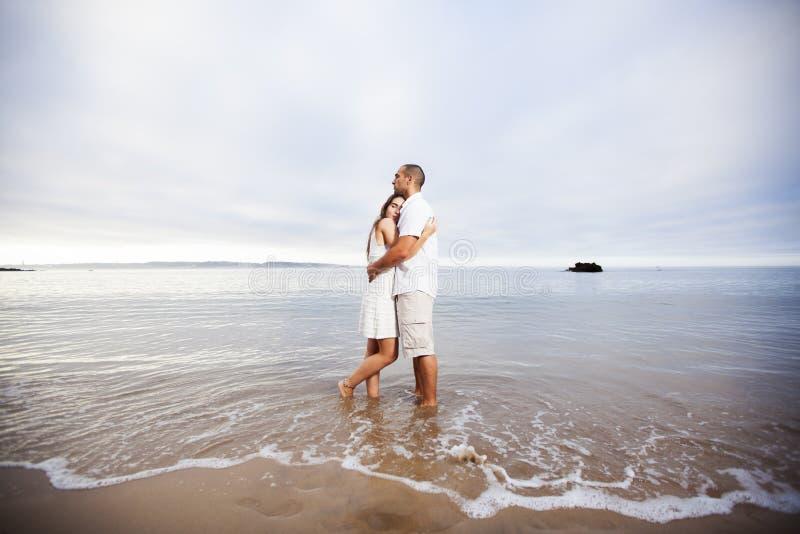 Couples ayant l'amusement à la plage photographie stock