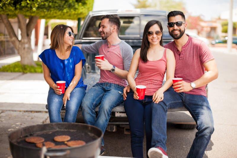 Couples ayant l'amusement à un barbecue images libres de droits