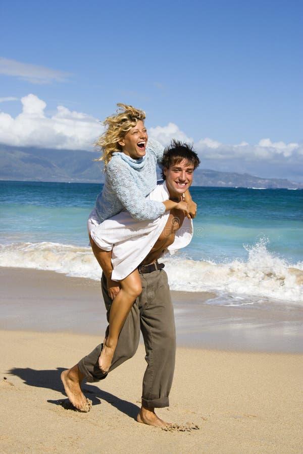 Couples ayant l'amusement. images stock