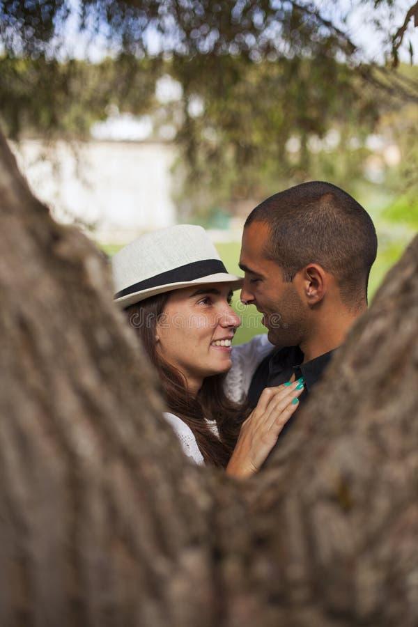Couples ayant l'amusement au stationnement photo stock