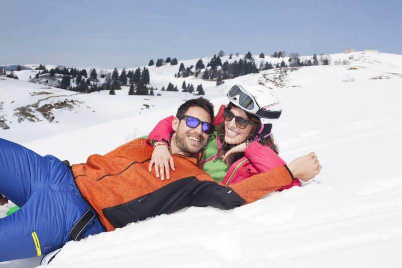 Couples ayant l'amusement dans la neige image stock