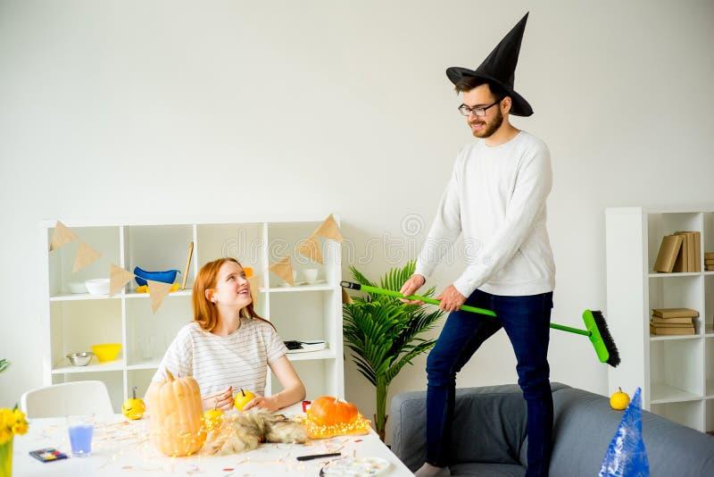 Couples ayant l'amusement Halloween photo libre de droits