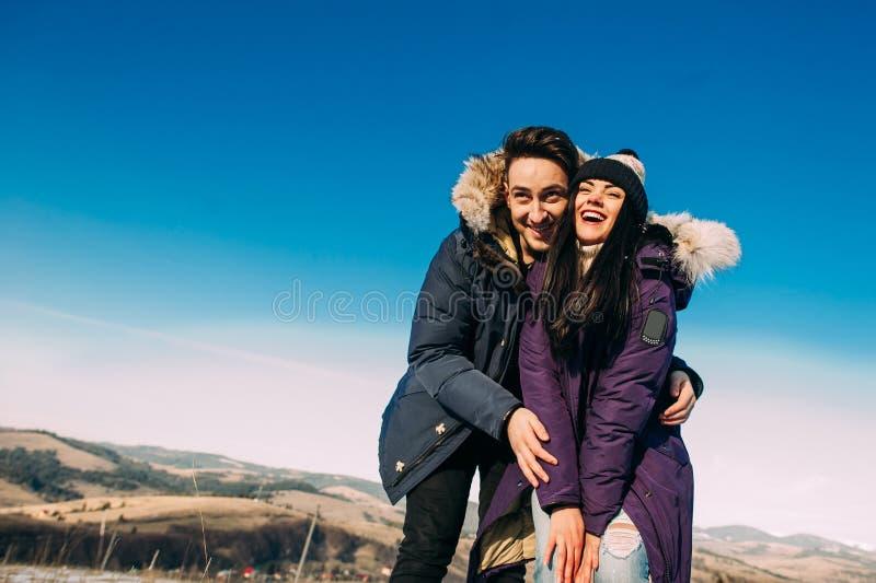 couples ayant l'amusement sur la neige photographie stock