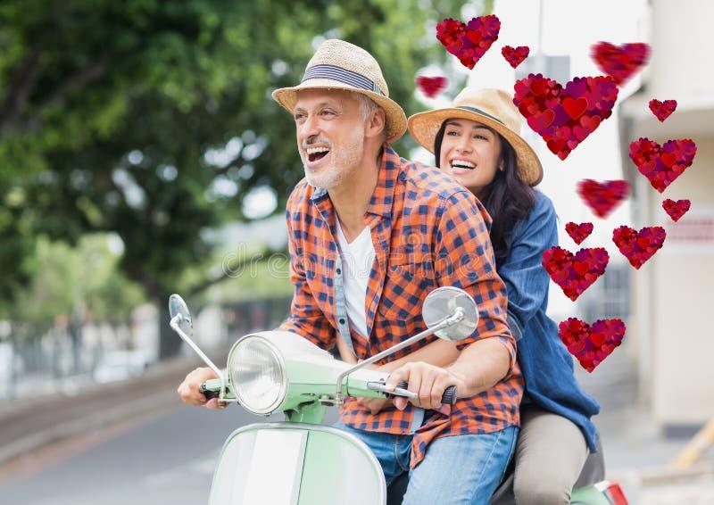 Couples ayant l'amusement tout en conduisant le scooter photo stock