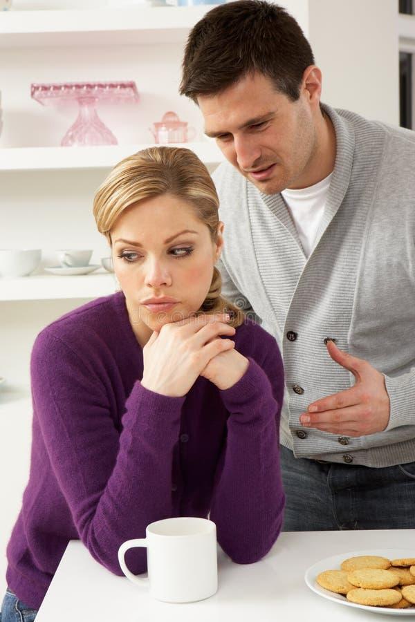 Couples ayant l'argument à la maison photos stock