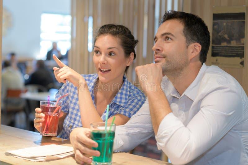 Couples ayant la boisson dans le bar photos stock