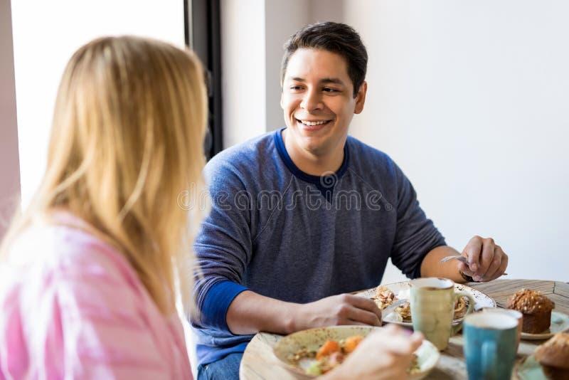 Couples ayant le bon temps au restaurant photos libres de droits
