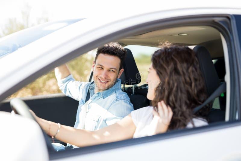 Couples ayant le grand temps sur le voyage par la route photos stock