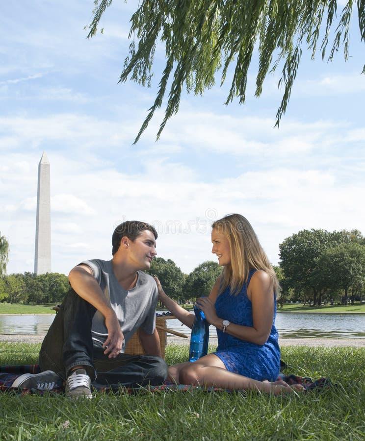 Couples ayant le pique-nique dans le parc de Washington photographie stock