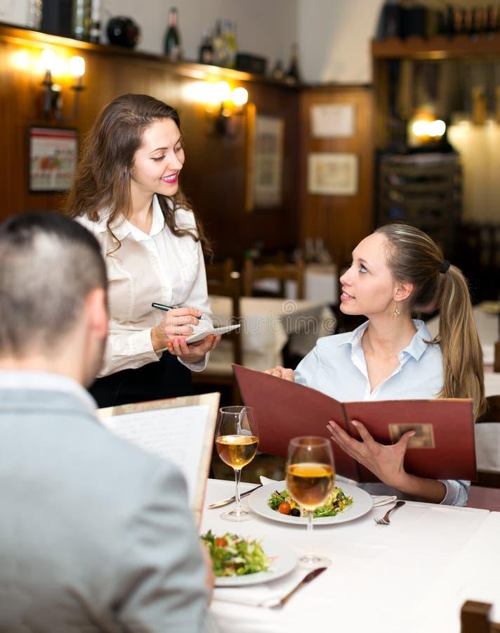 Couples ayant le repas dans le restaurant photo libre de droits