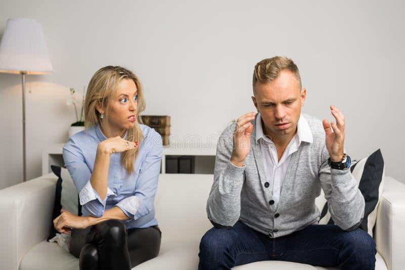 Couples ayant un argument au-dessus de quelque chose sérieuse photographie stock
