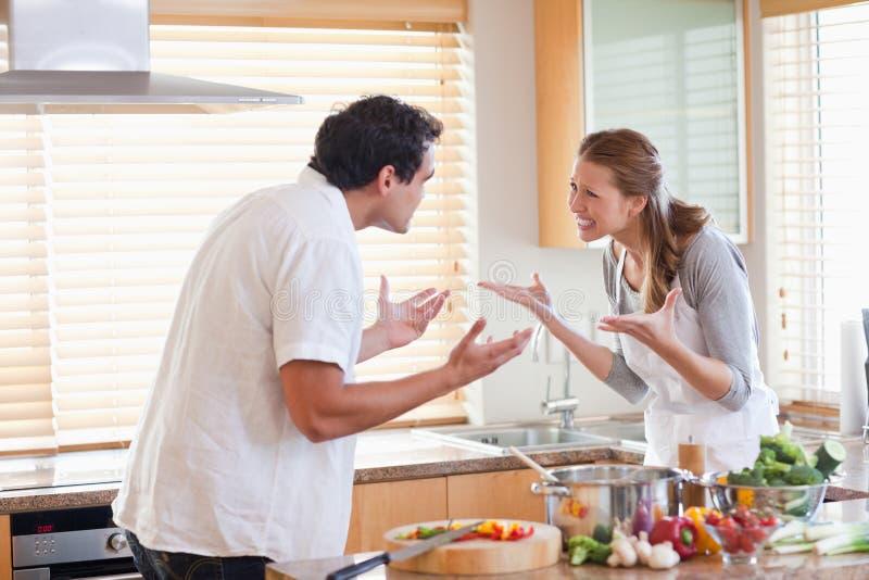 Couples ayant un combat dans la cuisine photographie stock libre de droits