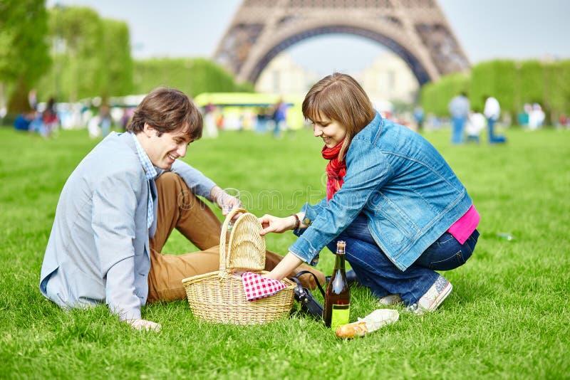 Couples ayant un pique-nique près de Tour Eiffel images stock
