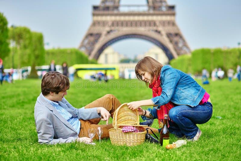 Couples ayant un pique-nique près de Tour Eiffel images libres de droits