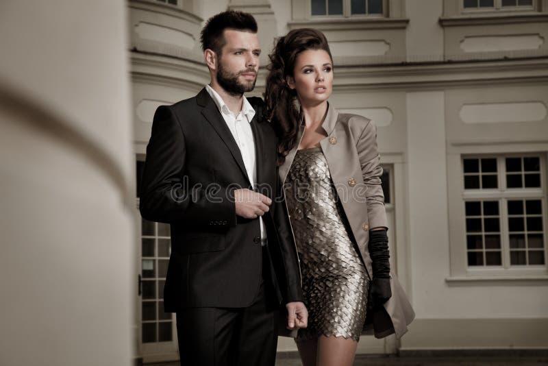 Couples beaux posant la belle femme à la mode avec l'architecture attrayante photo stock