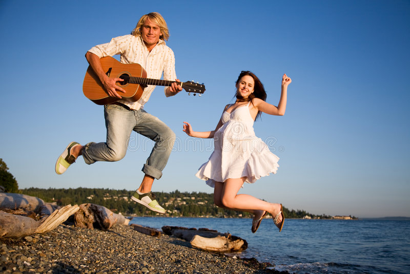 Couples branchants dans le bonheur images stock
