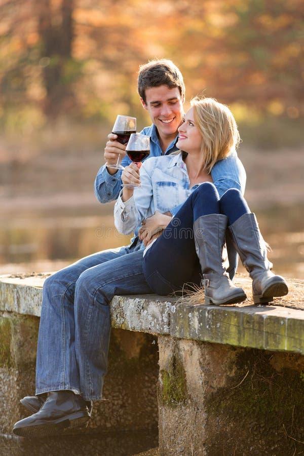 Couples buvant du vin rouge images libres de droits