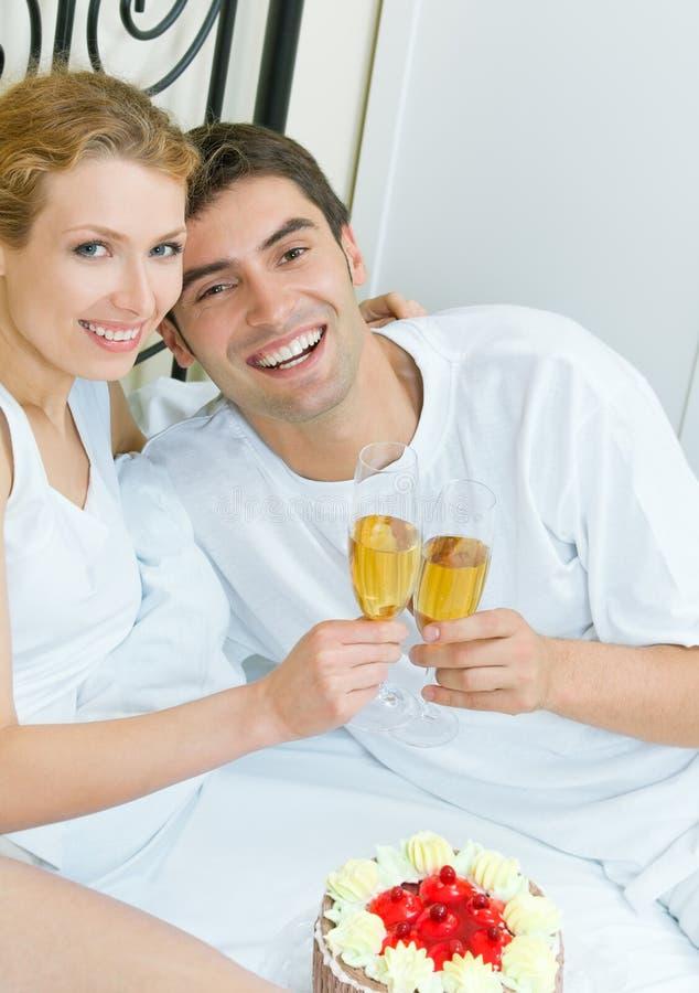 Couples célébrant à la maison photographie stock