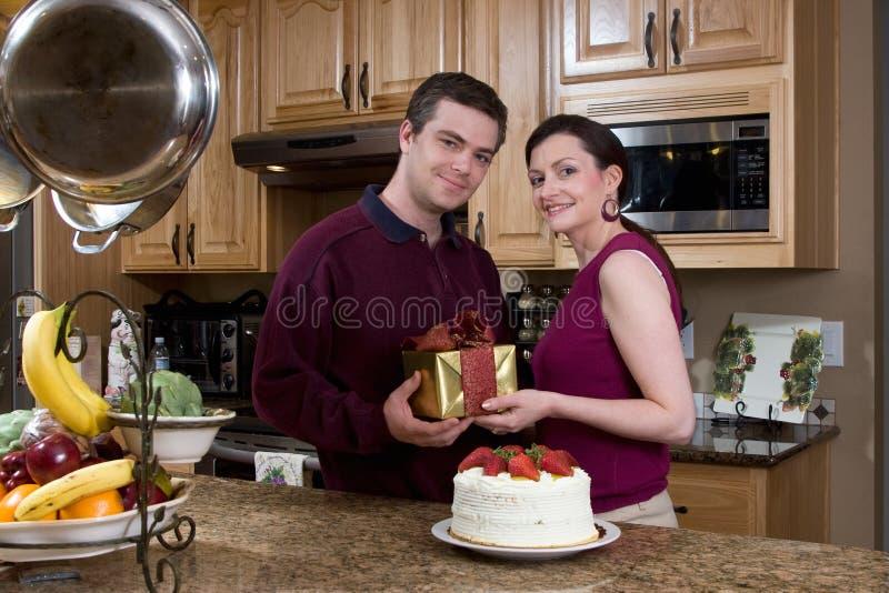 Couples célébrant dans la cuisine - horizontale photo stock