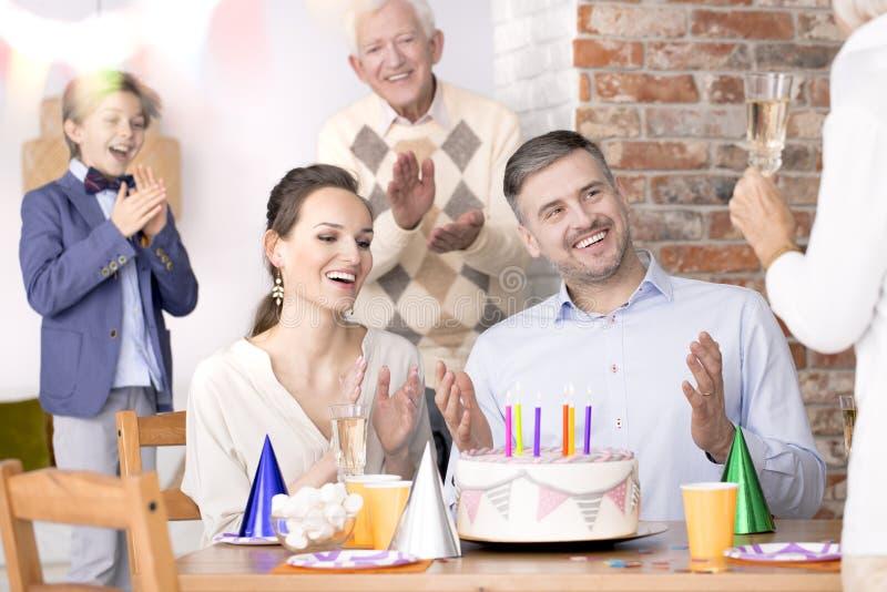 Couples célébrant l'anniversaire de mariage image libre de droits