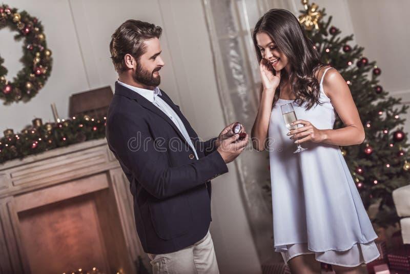 Couples célébrant la nouvelle année photo libre de droits