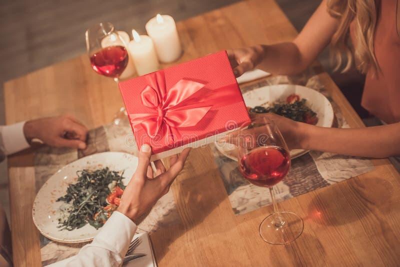 Couples célébrant la nouvelle année image stock