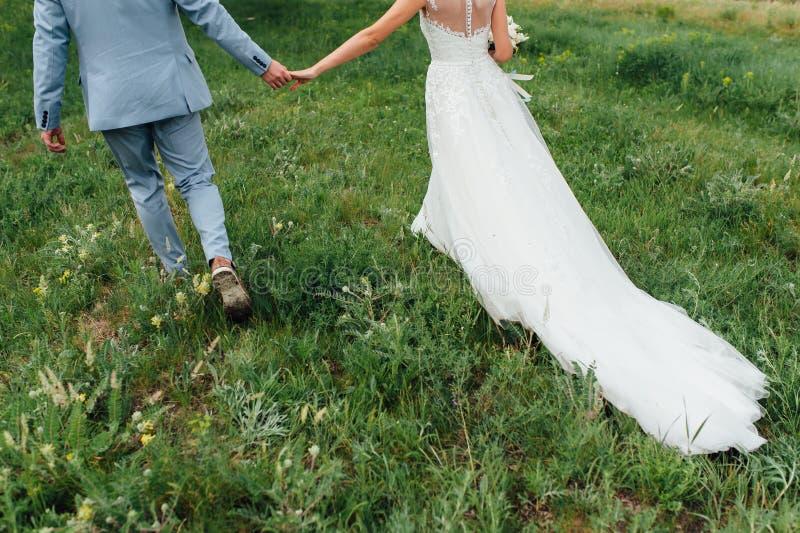 Couples célébrant un mariage dans les montagnes photo libre de droits
