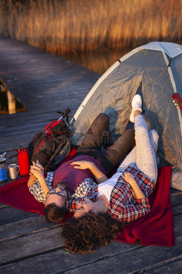 Couples campant aux docks images libres de droits