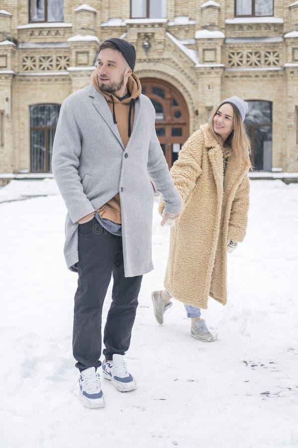 Couples caucasiens élégants de l'homme et de la femme waling dans l'Européen image libre de droits