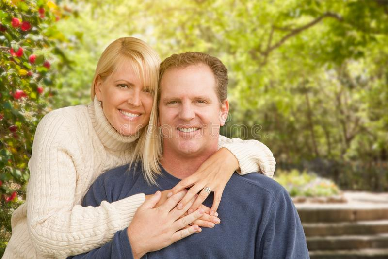 Couples caucasiens attrayants heureux en parc image libre de droits