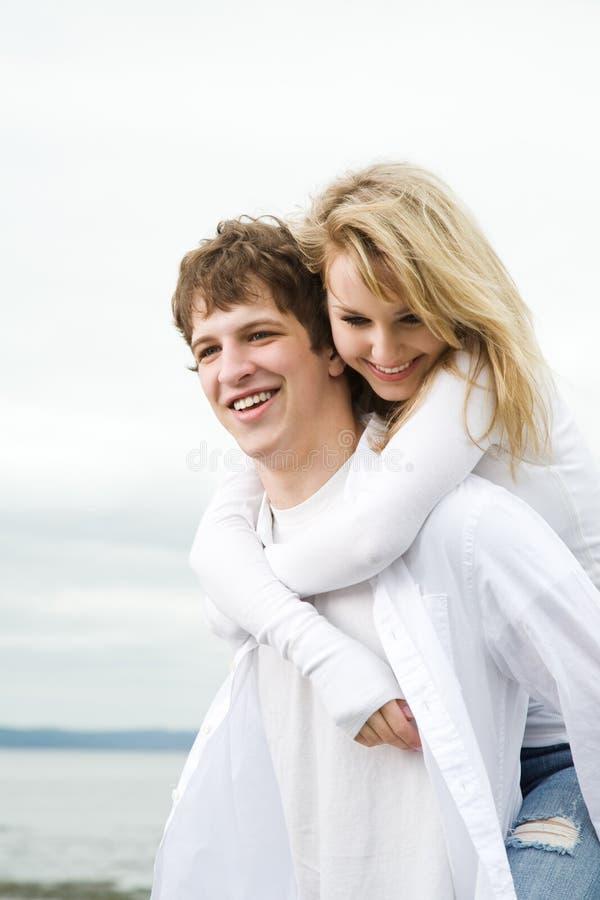 Couples caucasiens dans l'amour photographie stock libre de droits