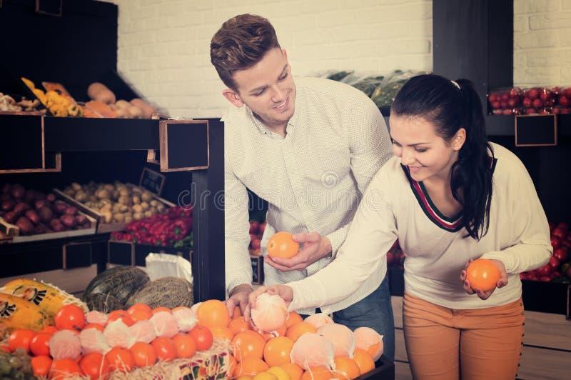 Couples choisissant des fruits dans la boutique photos libres de droits
