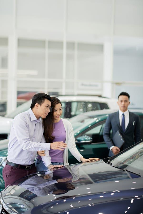 Couples choisissant la nouvelle voiture image stock