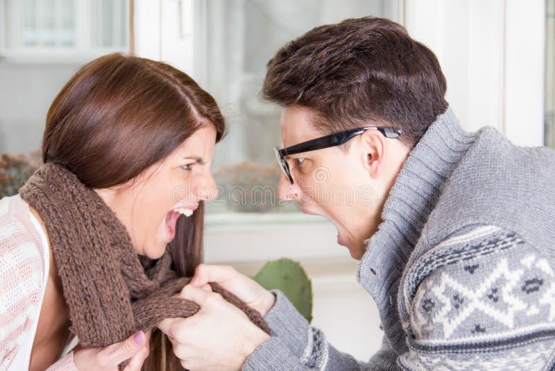 Couples combattant et hurlant à l'un l'autre images stock