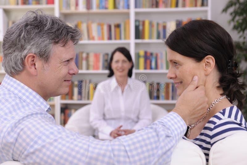 Couples composant à la session de thérapie photo libre de droits