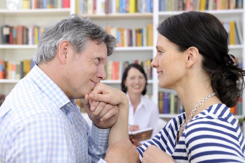 Couples composant à la session de thérapie photographie stock