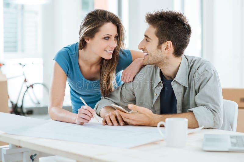Couples concevant leur nouvelle maison image stock