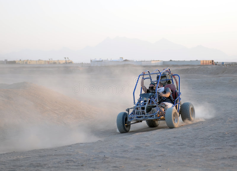 Couples conduisant la poussette de dune photographie stock