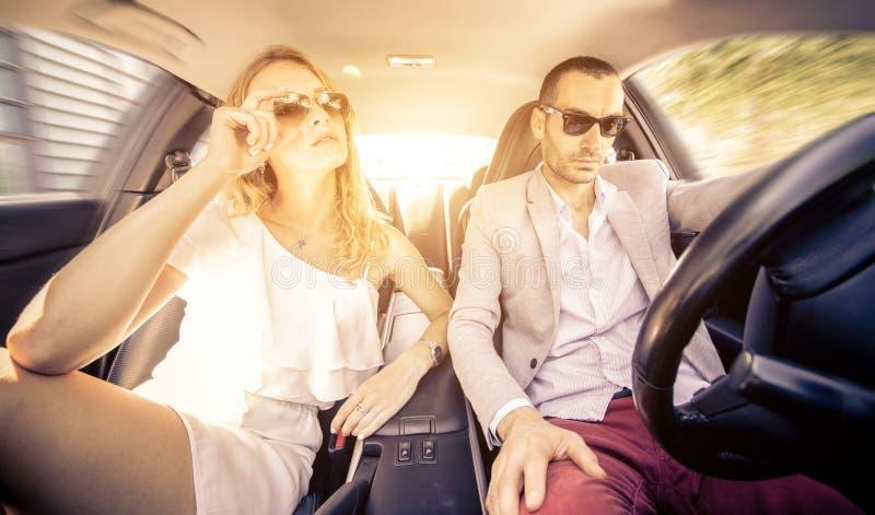 Couples conduisant rapidement sur une voiture de sport photographie stock
