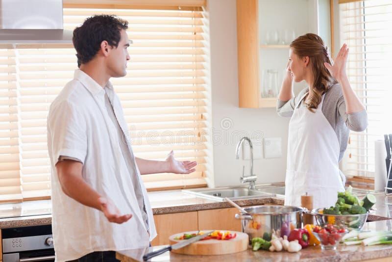 Couples contestant dans la cuisine photo libre de droits
