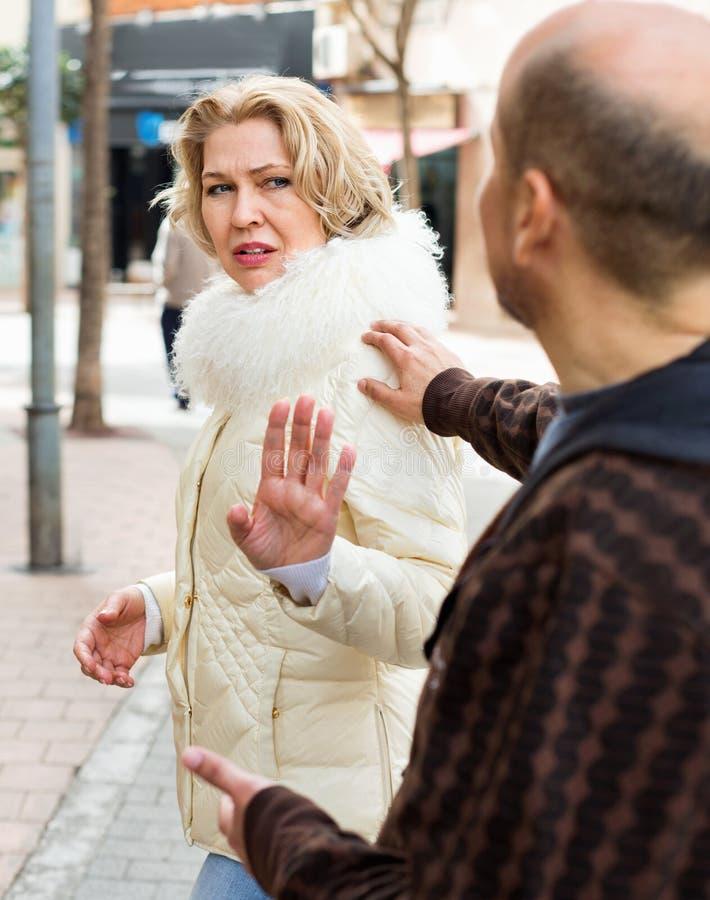 Couples contrariés des pesioners ayant la querelle image libre de droits
